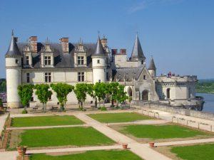 Vue depuis le jardin sur le château d'Amboise